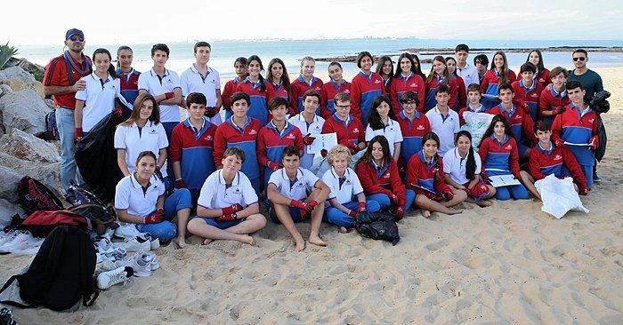 Alumnos de El Centro Inglés limpian la playa de La Muralla.